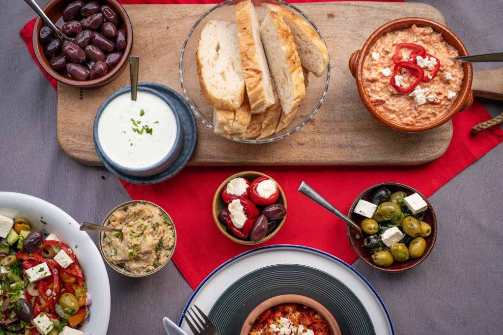 Griechische Meze auf dem Tisch